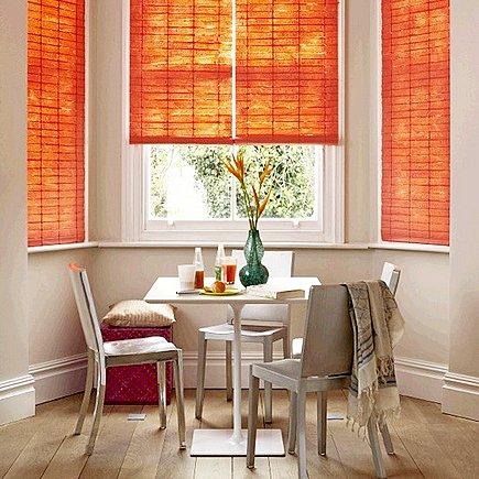 Римские шторы на кухню на каждом оконном проеме