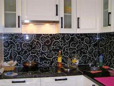 Дизайн малогабаритной кухни увеличивает стеклянный фартук