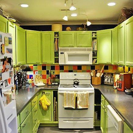 Дизайн мебели для малогабаритной кухни в зеленом цвете