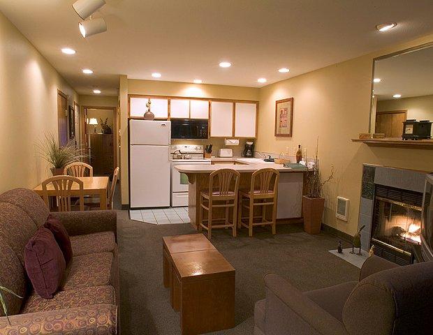 Хорошее освещение в гостинной совмещенной с кухней