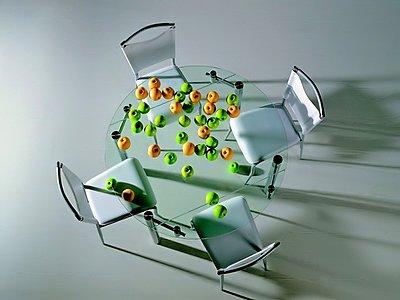 Отличная идея для маленькой кухни – прозрачная мебель