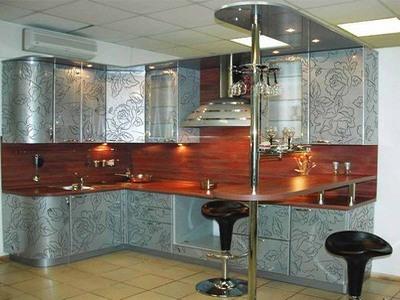 Угловые кухни с барной стойкой на железной опоре