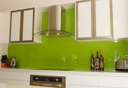 Фартук из стекла в интерьере кухни