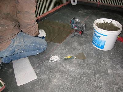 Как класть плитку на кухонный пол