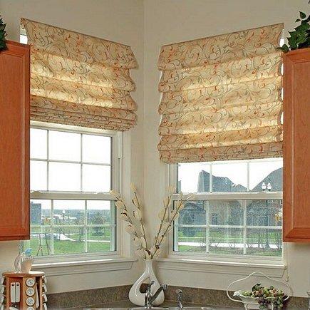 Римские шторы на кухне: цветовая изюминка