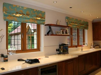 Римские шторы для кухни закреплены снаружи оконных проемов