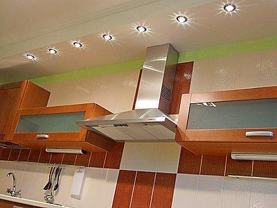 Хорошая идея для маленькой кухни – встроенные светильники