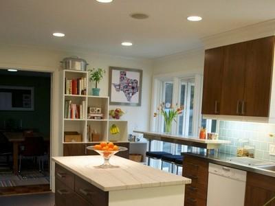 Угловые кухни с барной стойкой возле окна