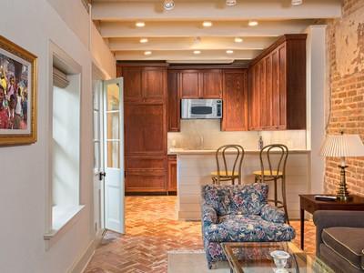 Угловые кухни с барной стойкой: совмещение с гостиной