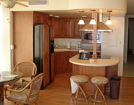 Угловая кухня с барной стойкой совмещенная со столовой
