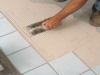 Как правильно наносить смесь и класть плитку на пол